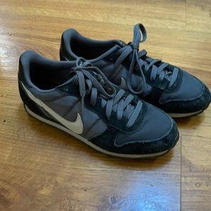 Black Nike sneakers size 8